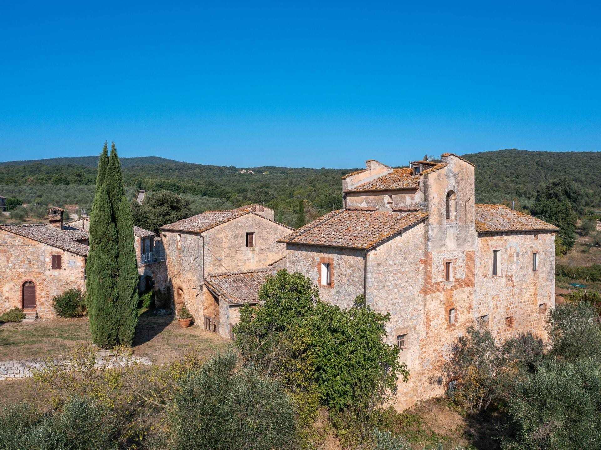 Antica chiesa con monastero trasformata in colonica con giardino a soli 5 km da Siena in posizione alta e panoramica, a due passi dal Castello de La Chiocciola. Il fabbricato, attualmente ad uso