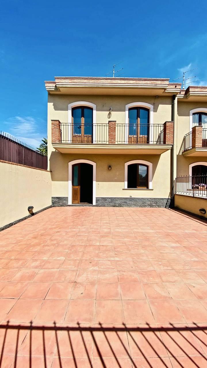 Villa a Schiera in vendita a San Gregorio di Catania, 7 locali, zona Località: CARRUBBAZZA, prezzo € 349.000   CambioCasa.it