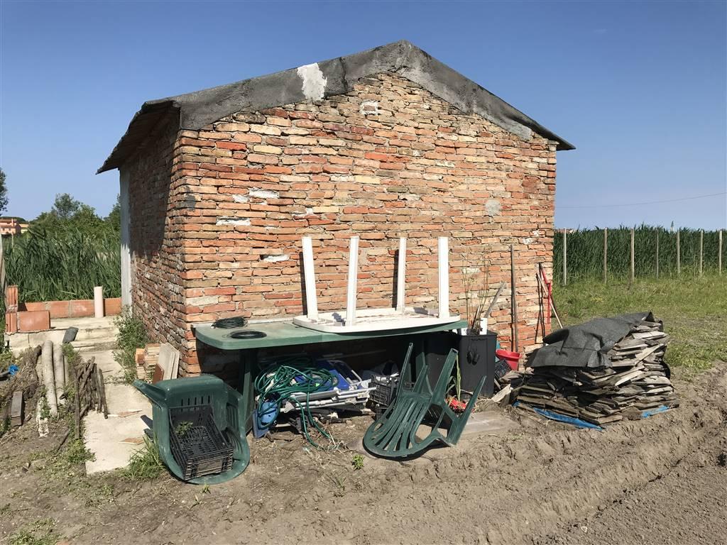 Rif. B102 - Ca Lino - Vendesi lotto di terreno agricolo di 2.500 mq. con annesso magazzino accatastato da riadattare.