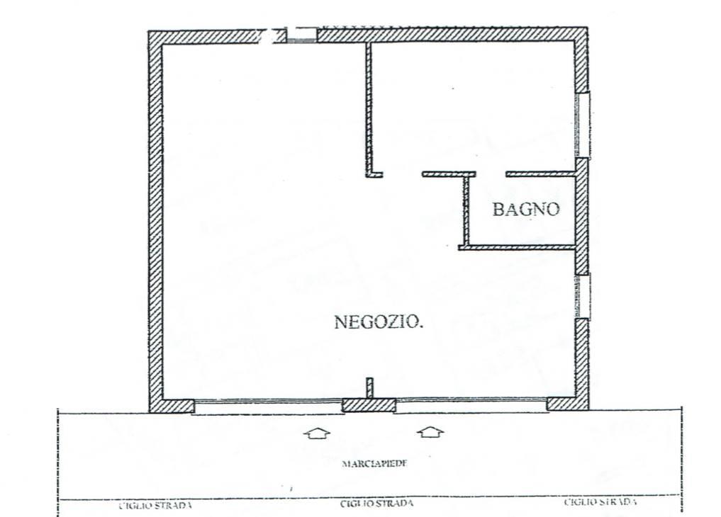 Rif. B1107 SOTTOMARINA - Vendesi locale commerciale di 80 mq. con due ingressi e due vetrine fronte strada, l'immobile e in ottime condizioni con