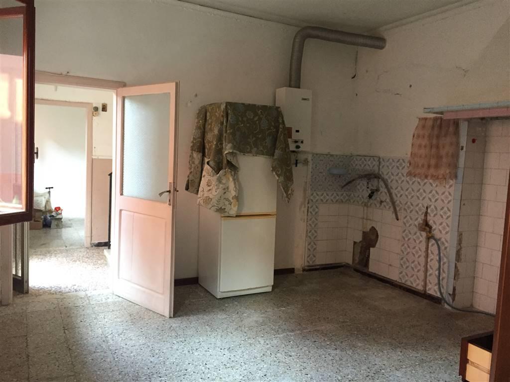 RIF. B123 SOTTOMARINA: Casa accostata su due lati, suddivisa in due livelli, situata in zona poste. Il piano terra è composto da soggiorno, cucina,