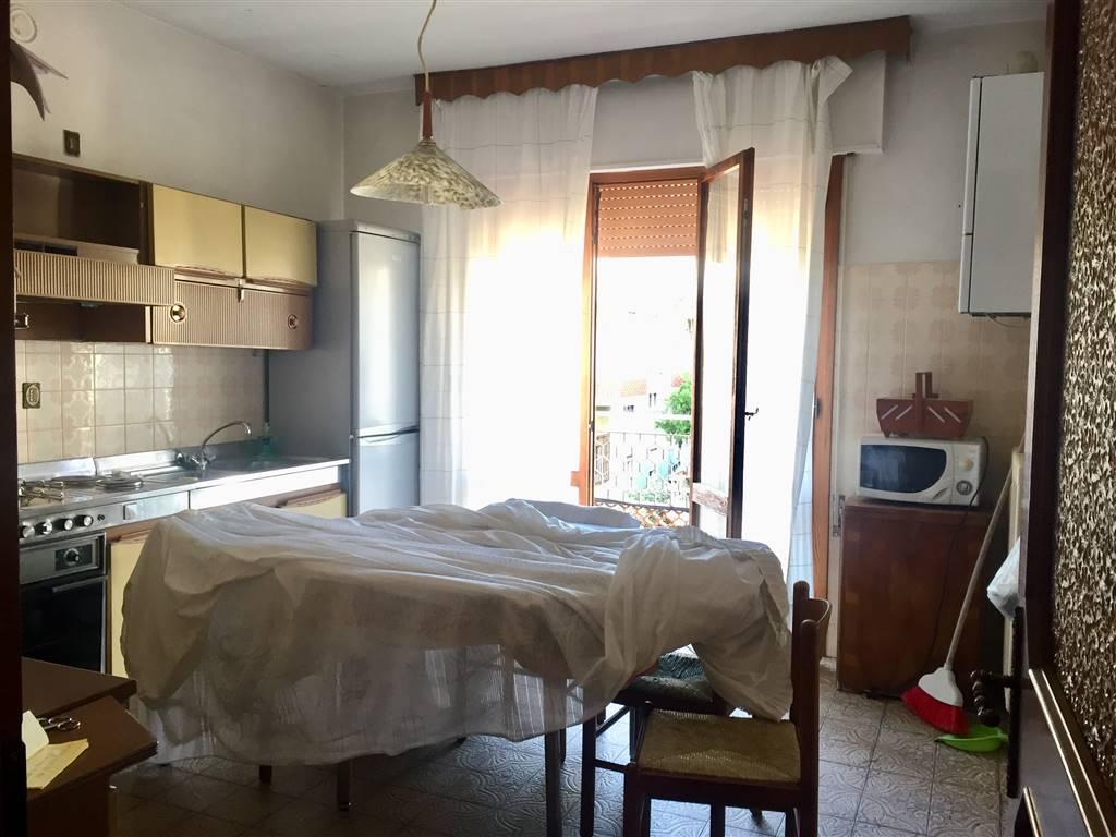RIF.B128 Casa singola situata a pochi metri dal mare, con vicinanza a tutti i servizi ad uso quotidiano. L'immobile è suddiviso in tre livelli, al