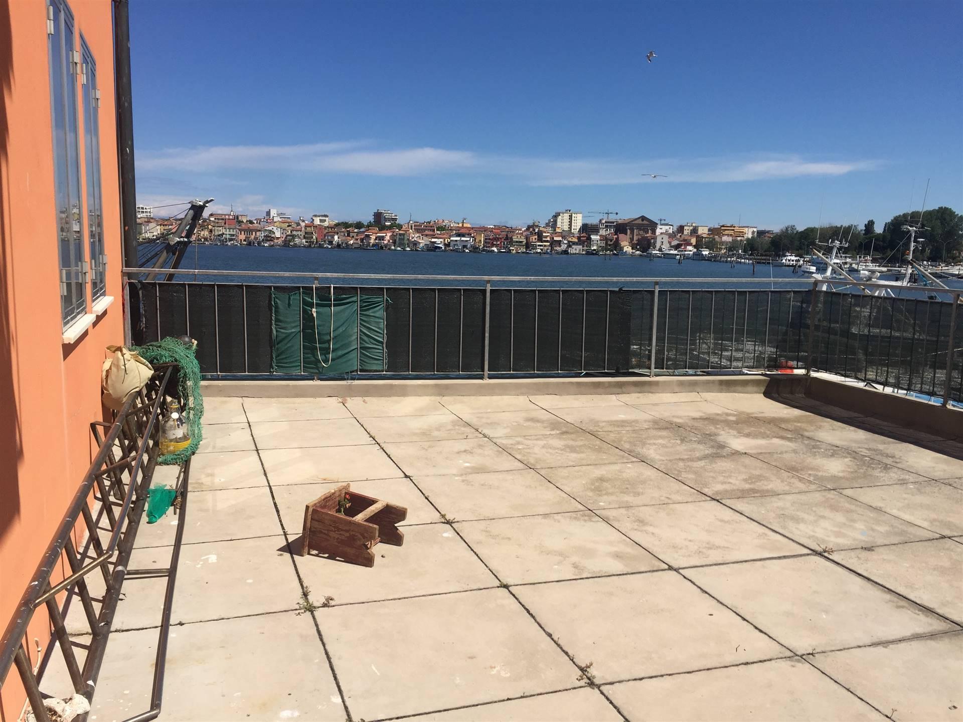Rif. B208 CHIOGGIA: Affittasi ampio appartamento con terrazza vista laguna. Composto da soggiorno e cucina separati, tre camere, bagno e posto bici