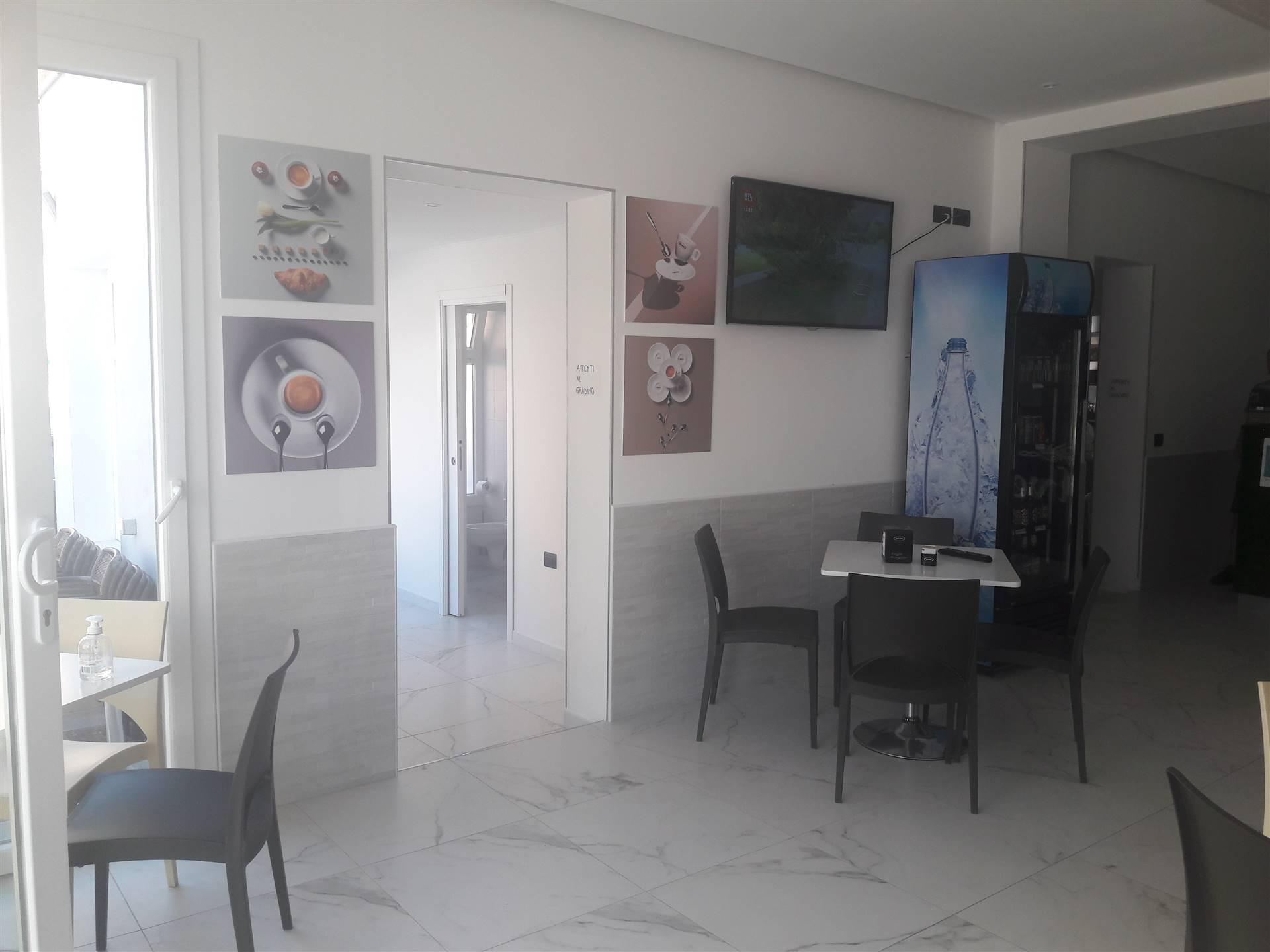 Rif. B217 SOTTOMARINA - vendesi attività di bar e ristorazione in centro storico a Sottomarina, locale di 100 mq. in ottima posizione e di forte