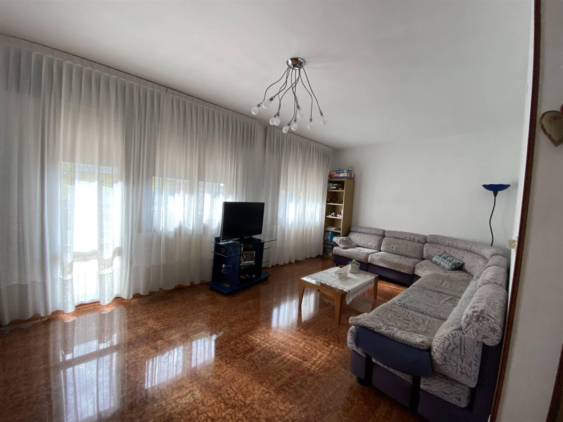Rif. B245 SOTTOMARINA: Vendesi ampio appartamento al primo piano di 100 mq con ampia terrazza, situato in un piccolo contesto di sole due unità.