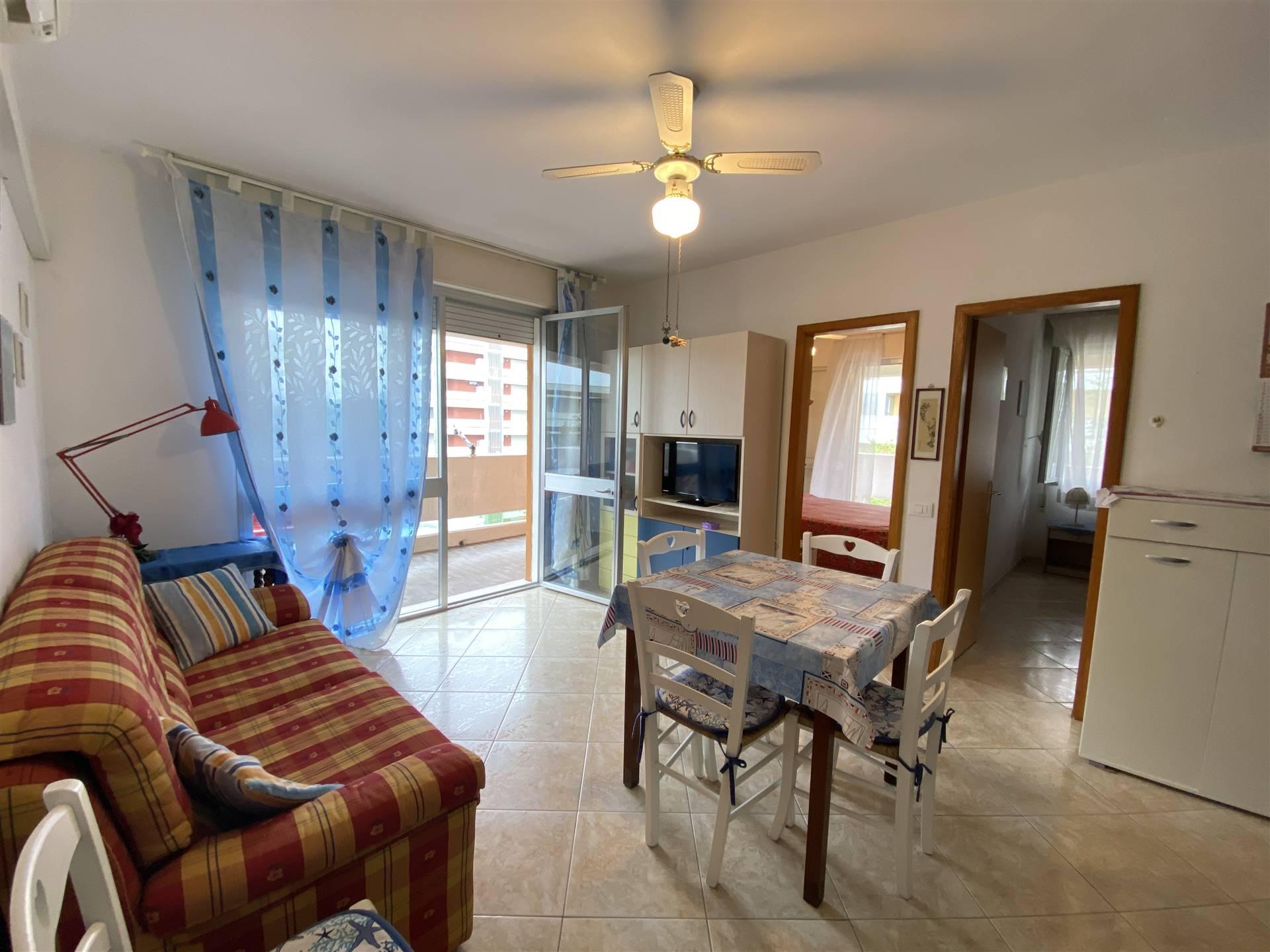 Rif. B251 ISOLA VERDE: Nel residence Ca Tamerici, vendesi appartamento trilocale di 55 mq più in ampia terrazza abitabile ad angolo. Composto da
