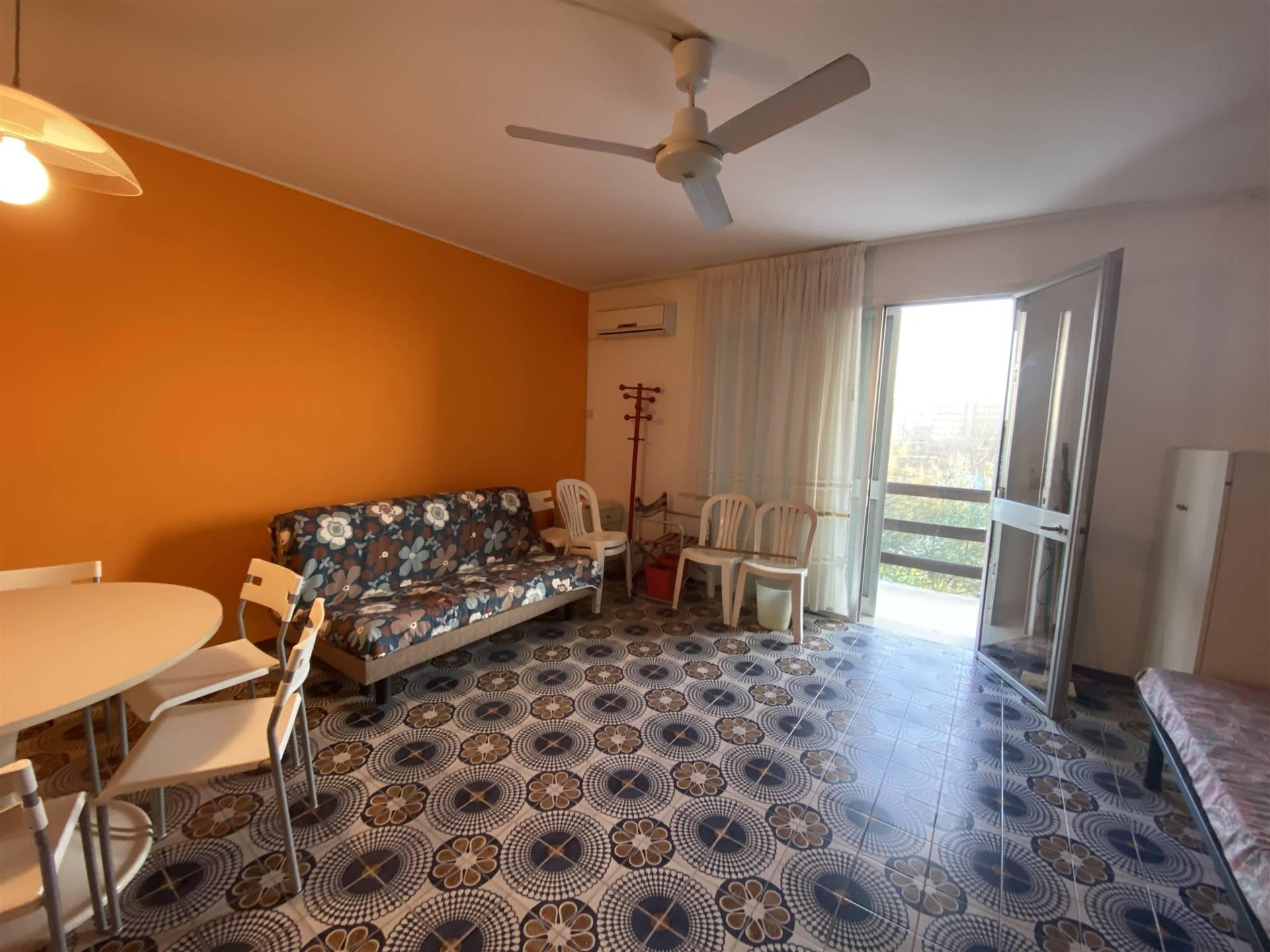 Rif. B254 ISOLA VERDE: Vendesi appartamento immerso nel verde di un residence ad Isola Verde, con piscina ed accesso diretto alla spiaggia.