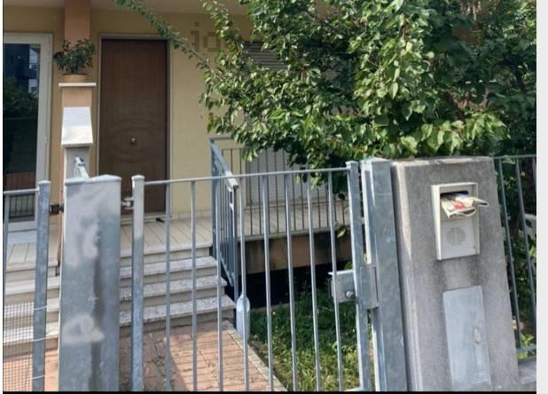 Rif. B256 Vendesi ampia villa a schiera di testa in una laterale di Viale Mediterraneo, di 240 mq più 40 mq di terrazze, suddivisa in 4 livelli. 340.