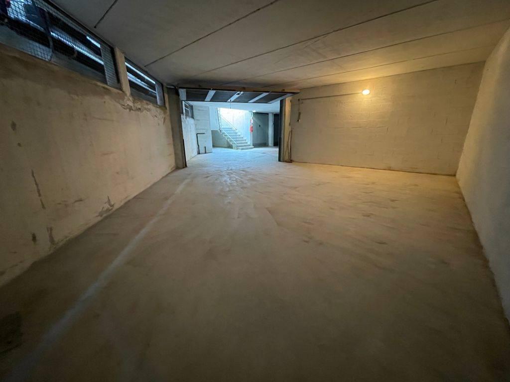 Rif. B267 SOTTOMARINA - Affittasi ampio garage di 40 mq. al piano seminterrato, ideale anche come deposito. Zona viale Umbria, euro 250 mensili