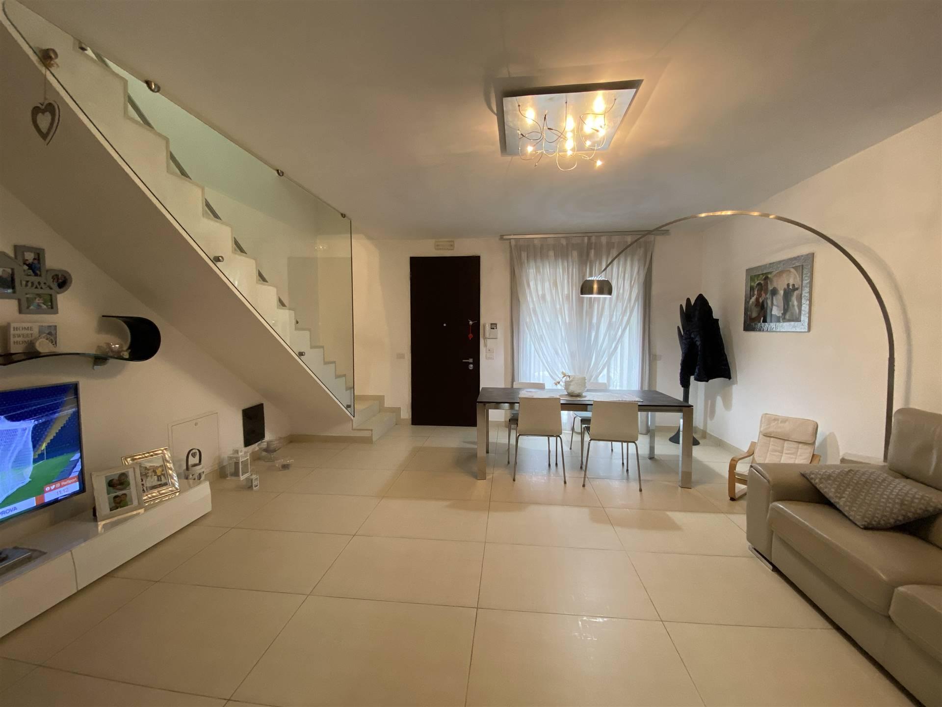 Rif. B268 SANT'ANNA: Vendesi villa a schiera centrale di recente costruzione, di 140 mq suddivisa in tre livelli. Al piano terra soggiorno e cucina