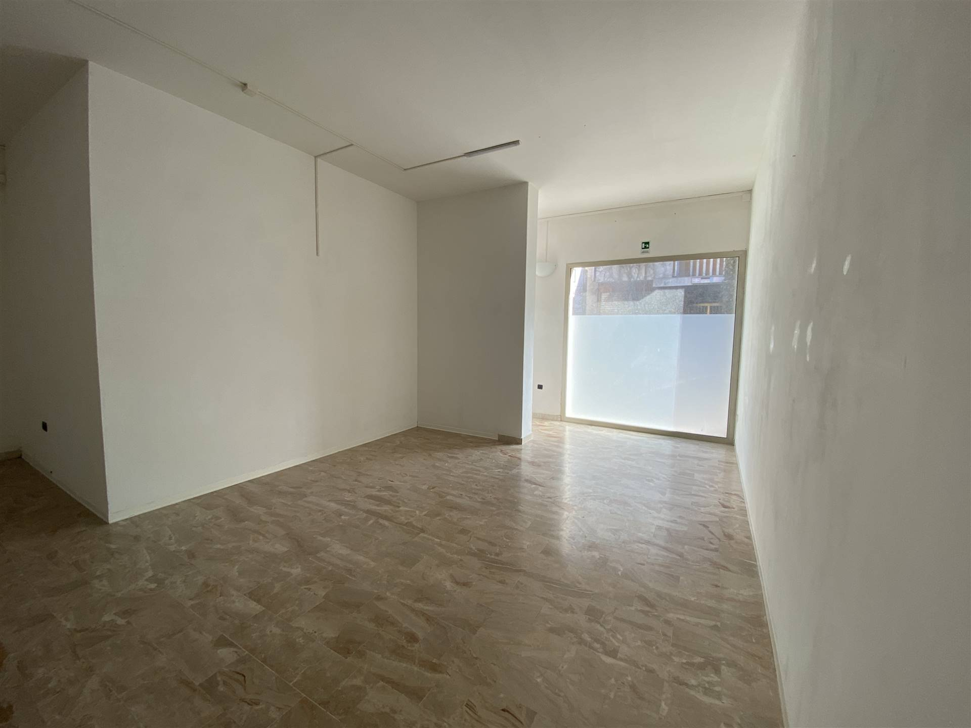 Rif. B274 SOTTOMARINA, VIA AMERIGO VESPUCCI: Affittasi negozio di 106 mq al piano terra, con rampa per disabili. Composto da 3 stanze, bagno e
