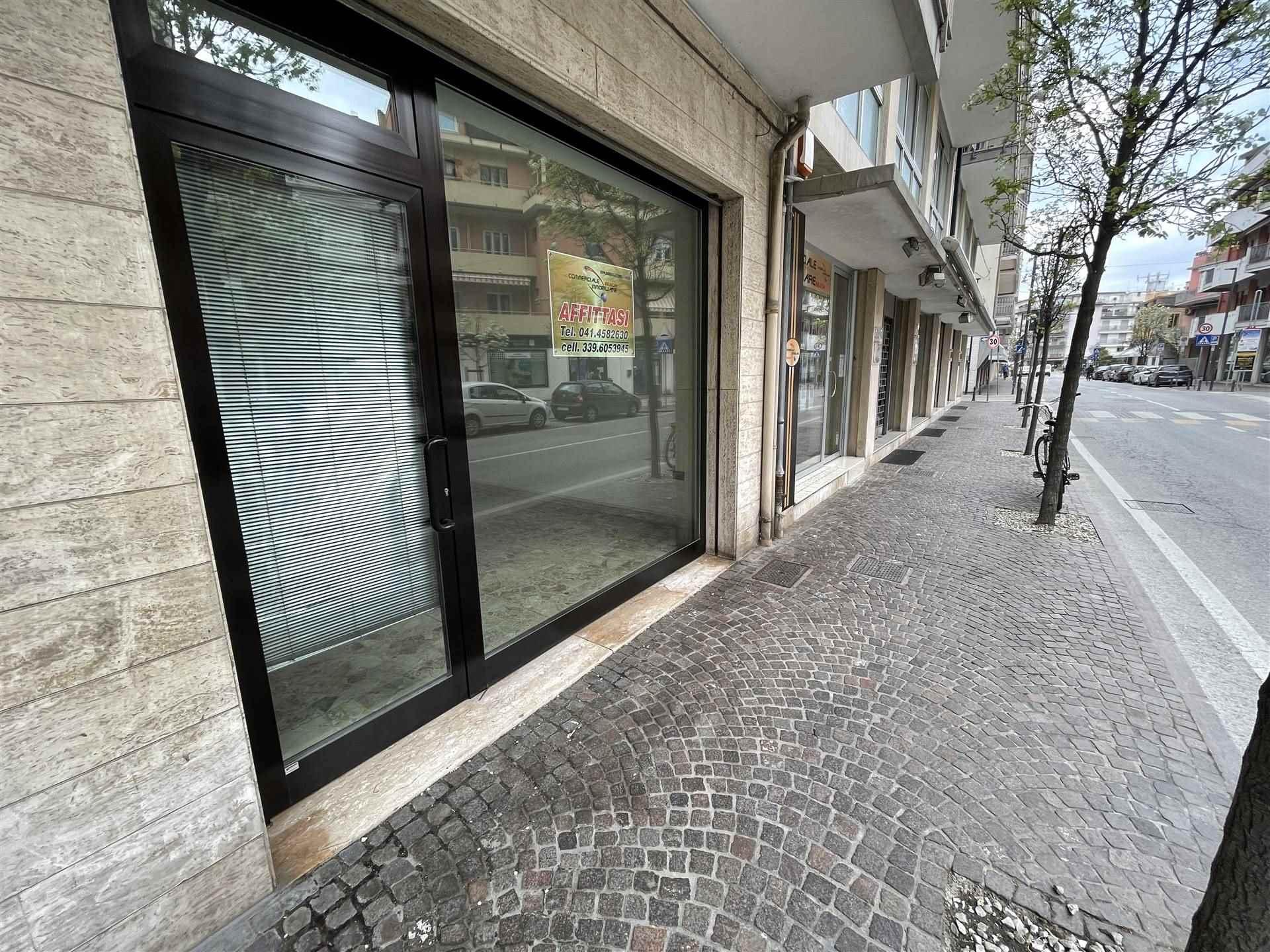 Rif. B284 SOTTOMARINA - Affittasi negozio di 40 mq. con vetrina a Sottomarina in posizione centralissima e di forte passaggio, composto da due stanze