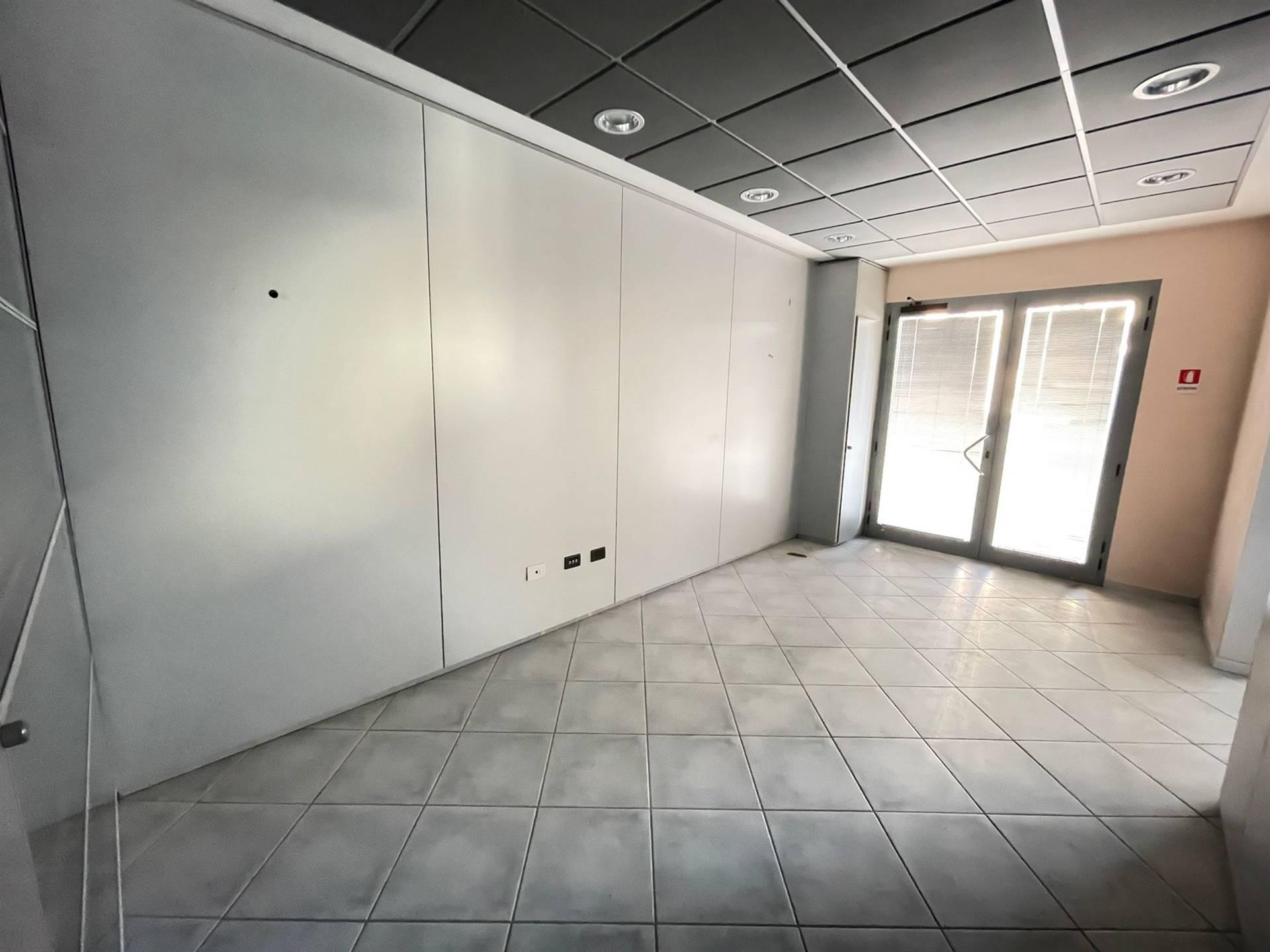 Rif. B305 SOTTOMARINA - Affittasi in zona di forte passaggio ufficio di 95 m. al piano rialzato composto da: ingresso, tre stanze, due bagni,