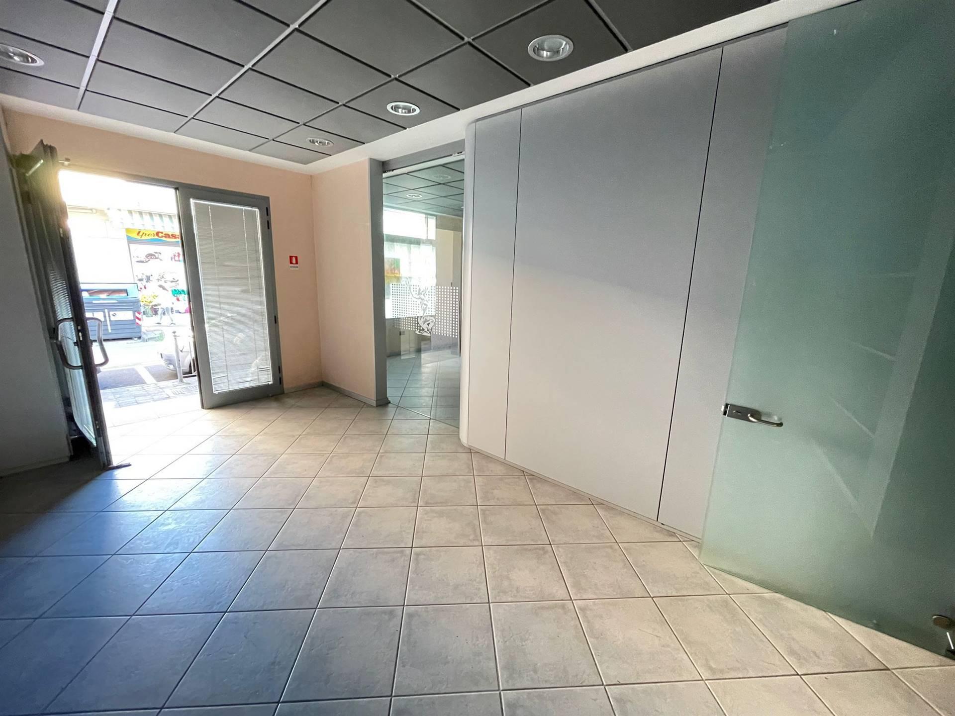 Rif. B306 SOTTOMARINA - Vendesi in zona di forte passaggio ufficio di 95 m. al piano rialzato in ottime condizioni composto da: ingresso, tre stanze,