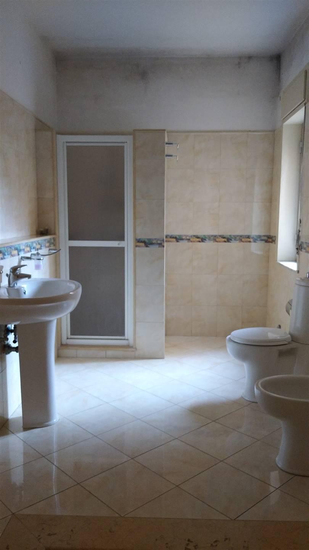Bagno con doccia in muratura