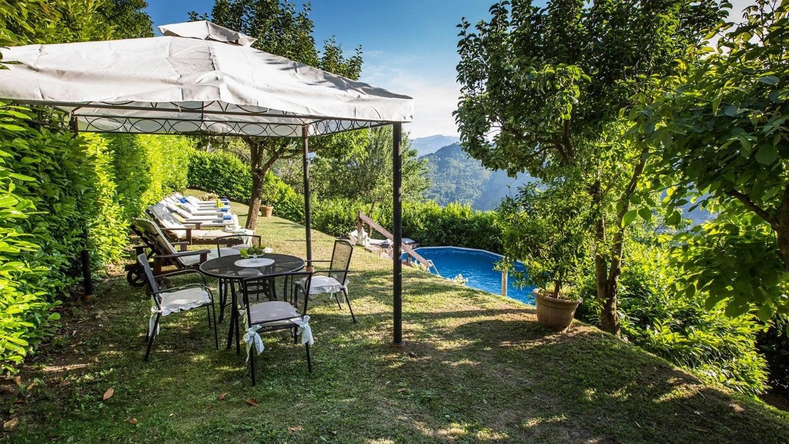 Giardino con piscina - Garden with swimming pool