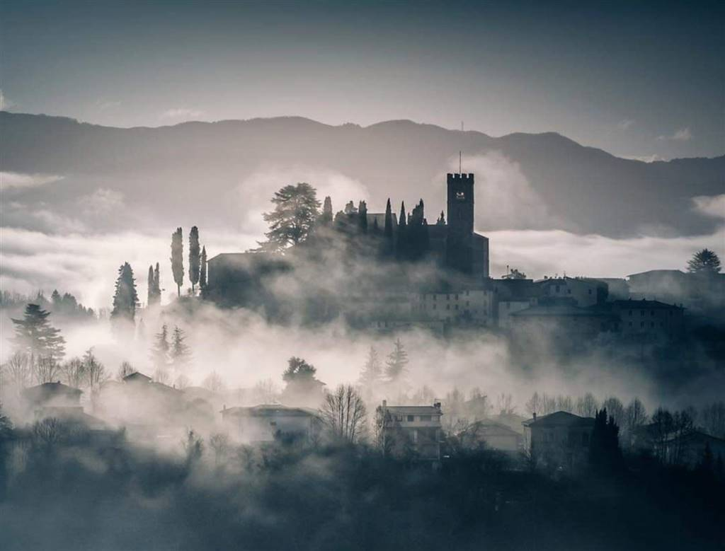 Barga nella nebbia