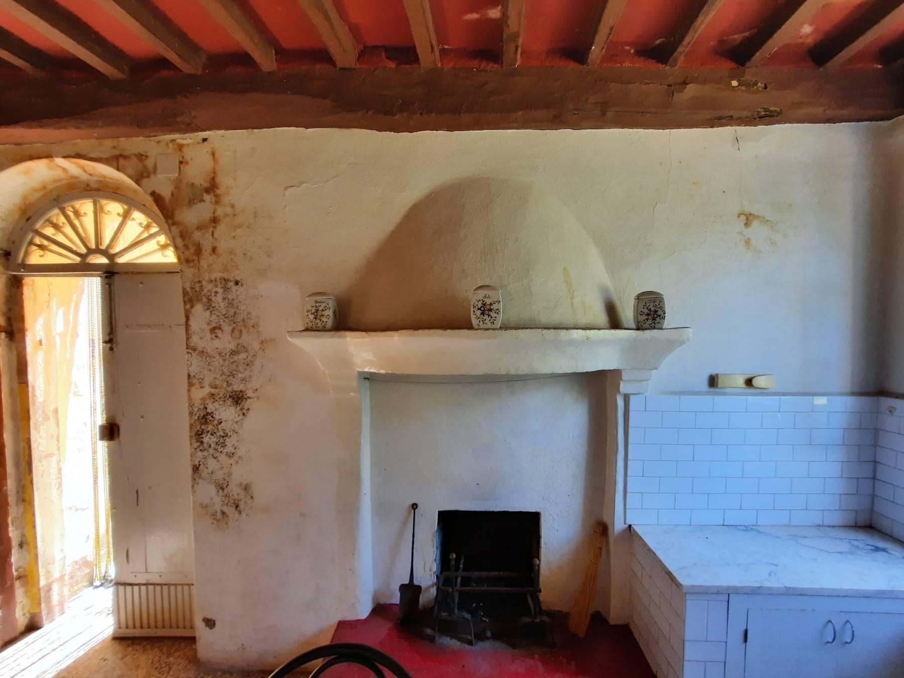 Il vecchio caminetto - The old fireplace
