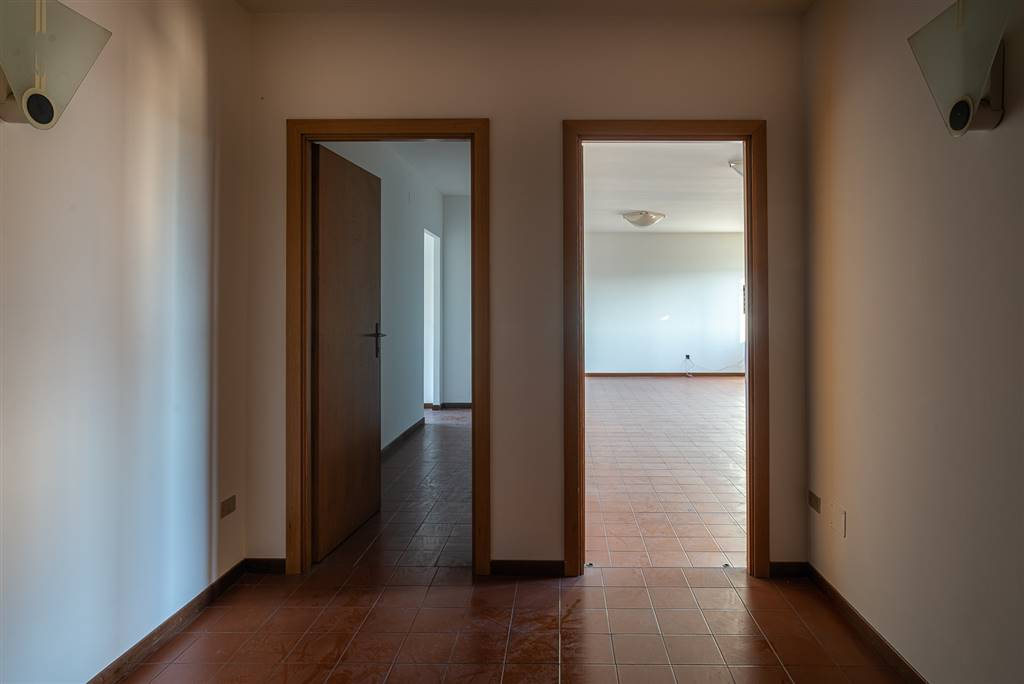 FERRUCCI, PRATO, Office for sale of 97 Sq. mt., Good condition, Energetic class: G, placed at 4° on 4, composed by: 3 Rooms, 1 Bathroom, Elevator,