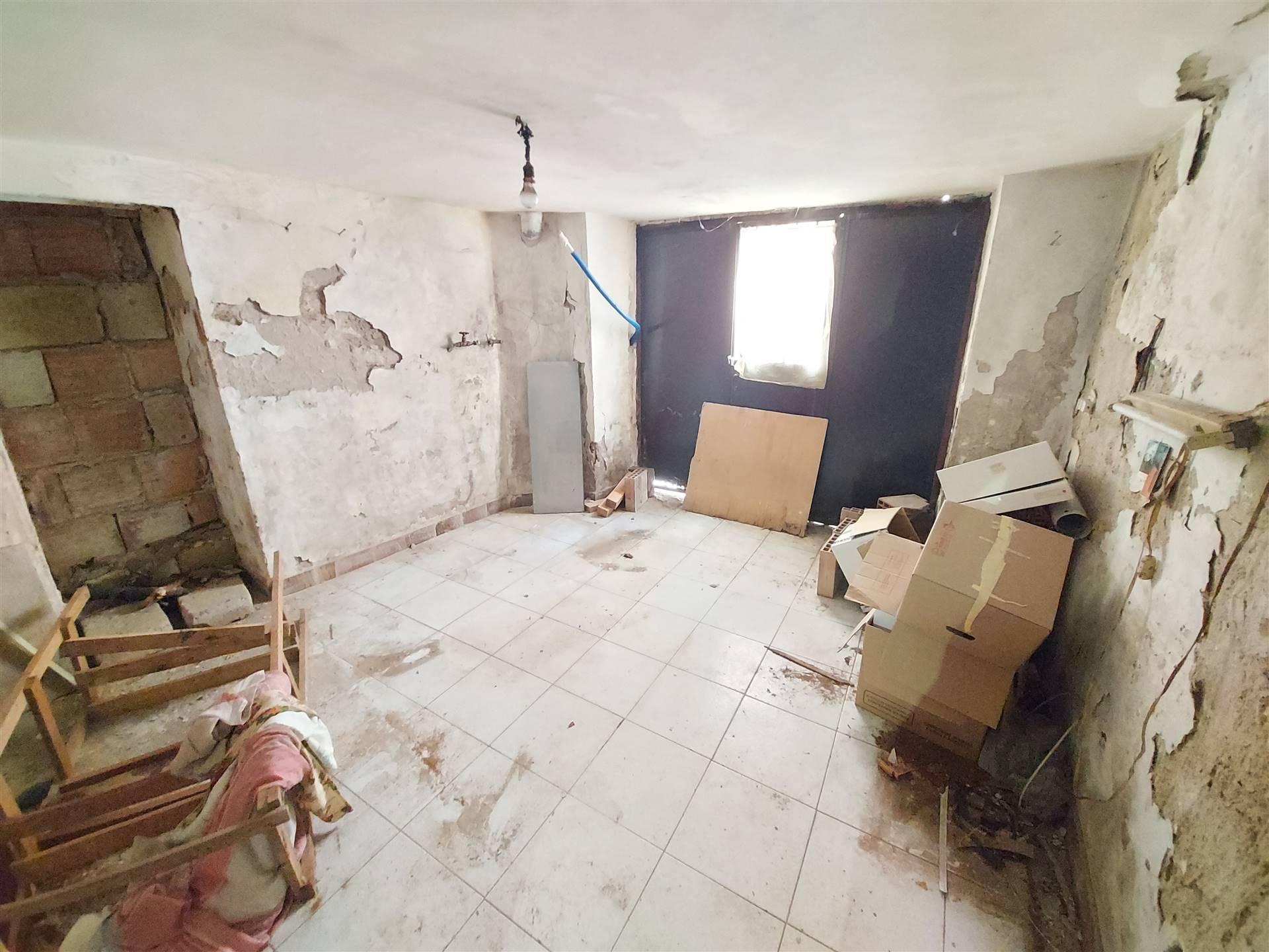 Camera 2 piano terra con ulteriore ingresso da cor