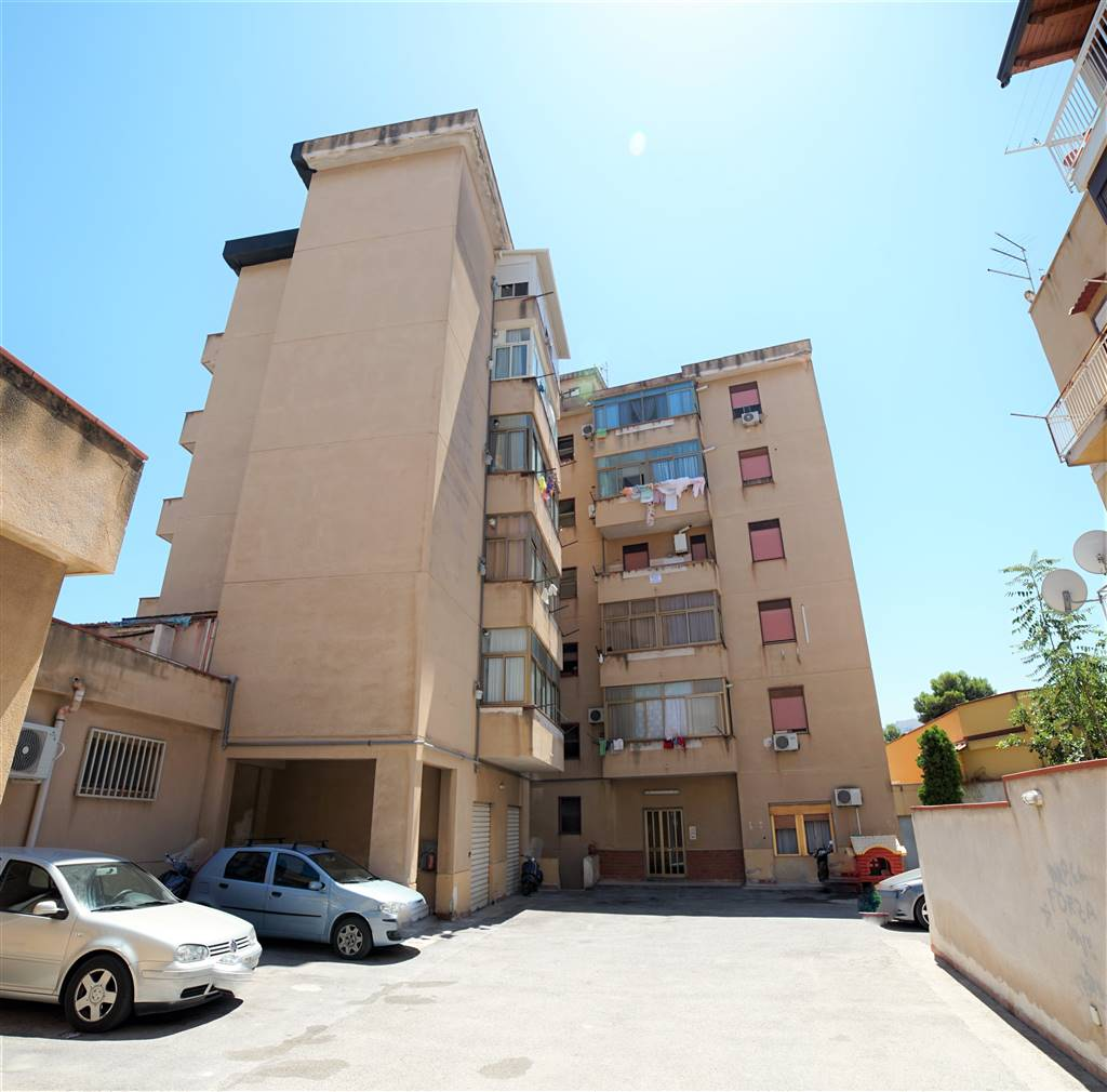 CAPPUCCINI, PALERMO, Apartment for sale of 115 Sq. mt., Good condition, Energetic class: G, Epi: 117 kwh/m2 year, placed at 3° on 5, composed by: 4