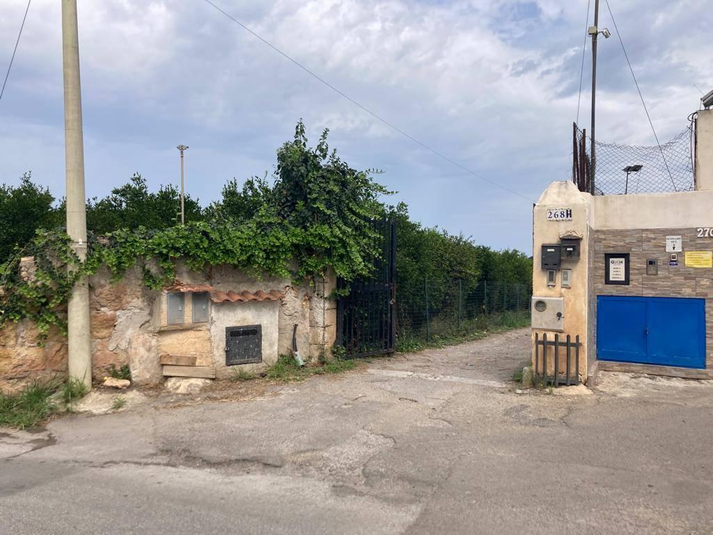 Zona Ciaculli nei pressi di Via Conte Federico proponiamo in vendita terreno Agricolo di 1700mq circa Si accede da un cancello su strada; si dispone