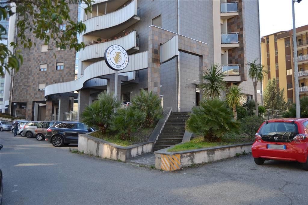 VIA PANEBIANCO, COSENZA, Locale commerciale in affitto, Ottime condizioni, Classe energetica: G, posto al piano Terra, composto da: 3 Vani, 3 Bagni,