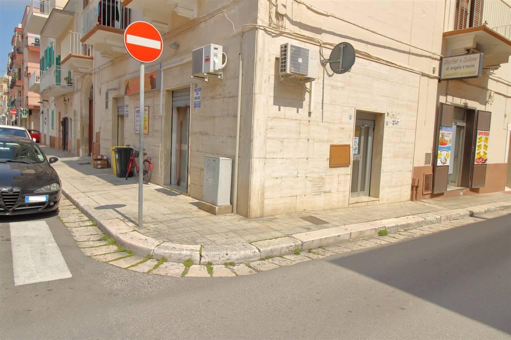 Monopoli - Murat In Via Polignani, zona centralissima e di forte passaggio, proponiamo in vendita, locale commerciale in buono stato d'uso. L'immobile posto ad angolo è composto da due ampi vani