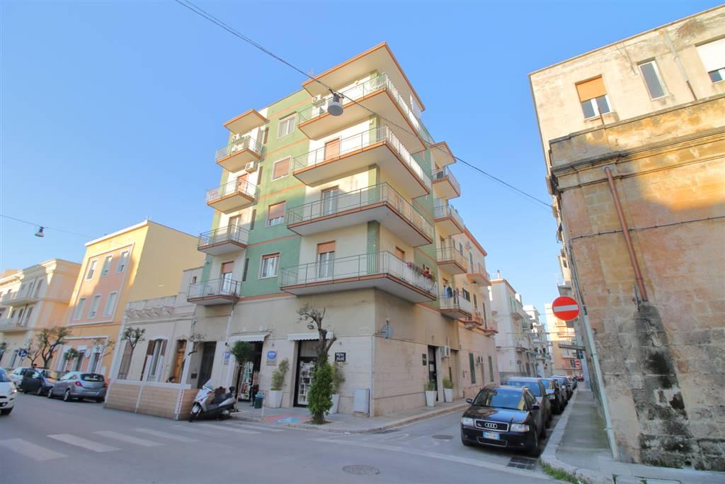 Monopoli - Murat In posizione centrale, precisamente in Via Camicia, proponiamo in vendita, appartamento posto a piano alto in ottimo stato interno di mq 75 circa. L'immobile è ubicato in posizione