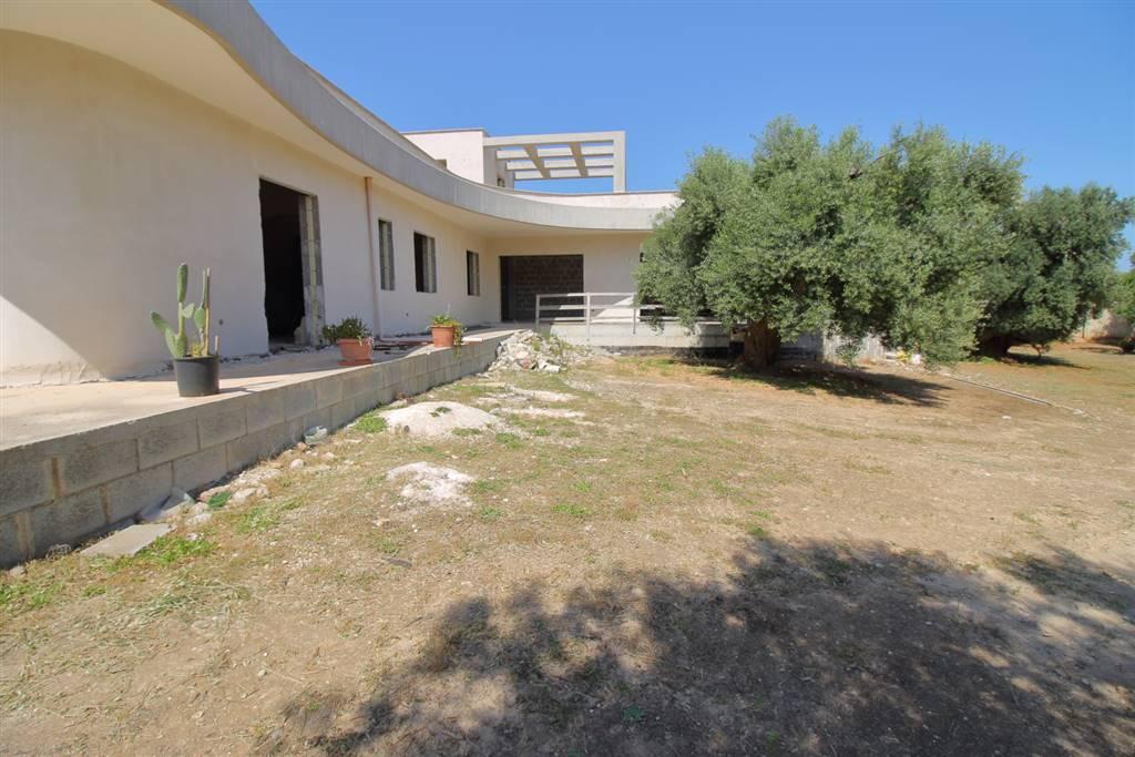 Monopoli - Contrada Grotta dell'Acqua Situata nella prima periferia in direzione Castellana, proponiamo in vendita, villa allo stato rustico all'interno di un lotto di mq 8.000. L'immobile si