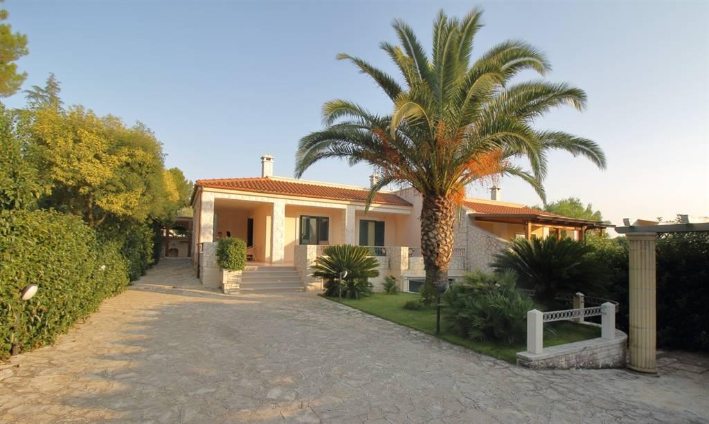 Fasano - Laureto Villa con giardino Scegliere la Villa che soddisfi e rappresenti la propria famiglia non è semplice. Con questa proposta immobiliare