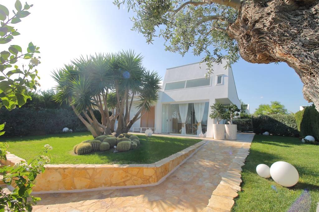 Polignano a Mare - Residence Neapolis Elegante Villa All'interno del Residence Neapolis proponiamo in vendita una Villa su unico livello dall'indiscusso fascino ed eleganza. La posizione ne eleva la