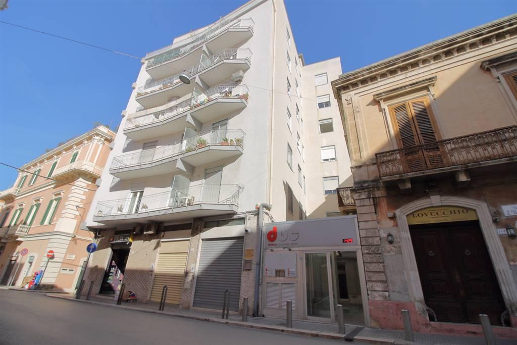 MONOPOLI - VIA SAN VINCENZO A pochi passi da Piazza Vittorio Emanuele, proponiamo in vendita, appartamento ubicato a primo piano in stabile ristrutturato con ascensore. L'abitazione gode di un ottima
