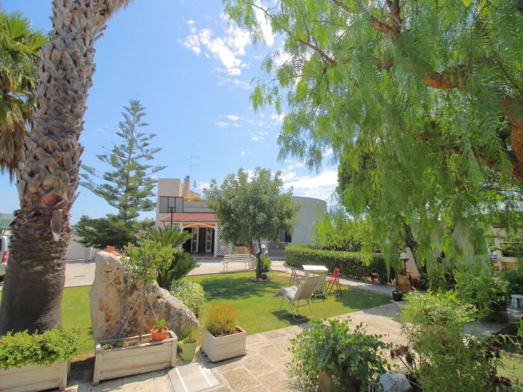 MONOPOLI, Villa zu verkaufen von 240 Qm, Bewohnbar, Heizung Unabhaengig, Energie-klasse: F, Epi: 121 kwh/m2 jahr, am boden Land, zusammengestellt