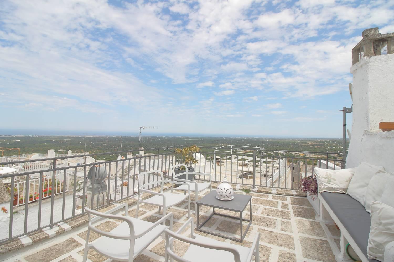 Nel centro storico di Ostuni , nelle vicinanze della taverna della gelosia proponiamo in vendita una soluzione indipendente con splendido terrazzo e vista panoramica sul versante del mare di torre