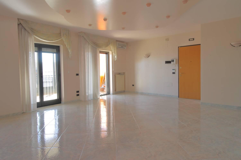 Hai mai sognato di vivere in un appartamento di ampia metratura, con spazi grandi e comode verande? In vendita a Monopoli, proponiamo appartamento