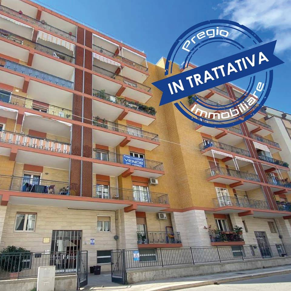 MONOPOLI, Apartment for sale of 170 Sq. mt., Be restored, Heating Individual heating system, Energetic class: G, Epi: 165 kwh/m2 year, placed at 2°, composed by: 5 Rooms, Separate kitchen, , 4