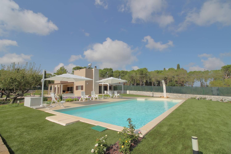VENDITA MONOPOLI - Contrada Cozzana - Elegante Villa con piscina Dicono che la casa perfetta non esiste perchè avere tutto in un solo immobile è molto difficile. Ma esiste l'eccezione che conferma la