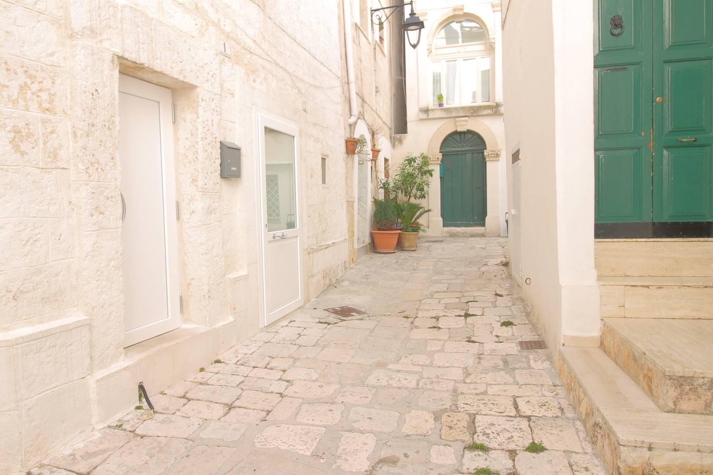 In vendita a Monopoli, nel cuore del borgo antico, a pochi passi dalla Cattedrale, proponiamo locale deposito di mq 50. L'immobile con ingresso indipendente è ubicato al piano seminterrato ed è