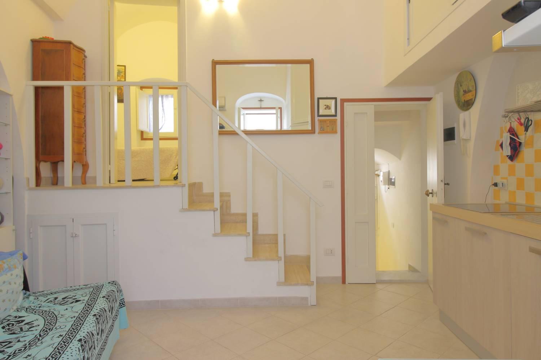 Nelle immediate vicinanze di Piazza Garibaldi, a soli 500 mt dal mare, proponiamo appartamento diviso in due monovani accessoriati con due ingressi. La prima abitazione con una superficie di mq 35 è