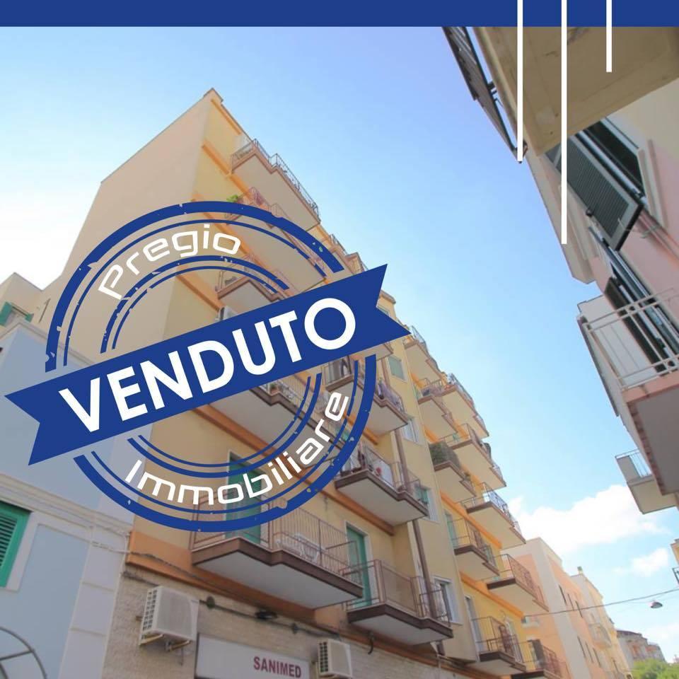 In Vendita a Monopoli, in zona murattiana, nelle immediate vicinanze di piazza Sant'Antonio, proponiamo appartamento di 115 mq recentemente ristrutturato. Ubicato al quinto piano in stabile angolare