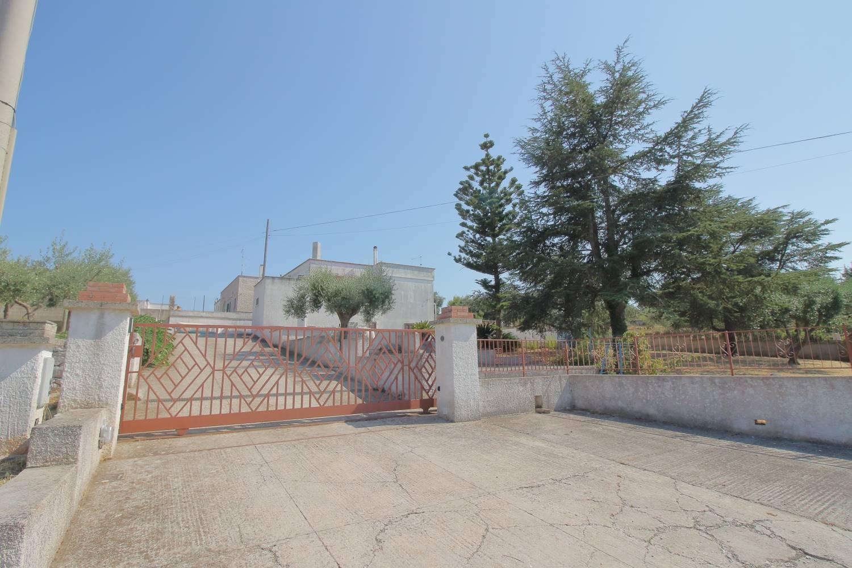 Sulle colline di Monopoli, in Contrada S. Nicola , proponiamo in vendita una villa indipendente su due livelli. Internamente si sviluppa in 150 mq al primo piano e 60 mq al piano terra ad uso