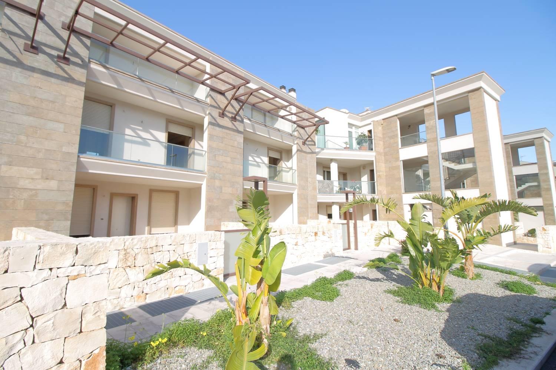 Via Vittorio Veneto, in residence privato, proponiamo in vendita, villa a schiera con vista mare completa di box e posto auto. Costruita nel 2018 con