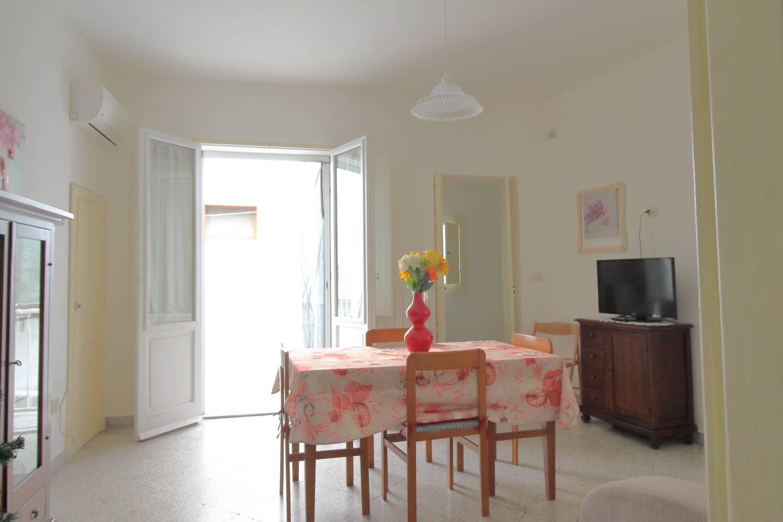Nel cuore del centro storico di Monopoli, Via Giuseppe Garibaldi, in stabile ristrutturato, proponiamo in vendita appartamento di mq 60. L'abitazione
