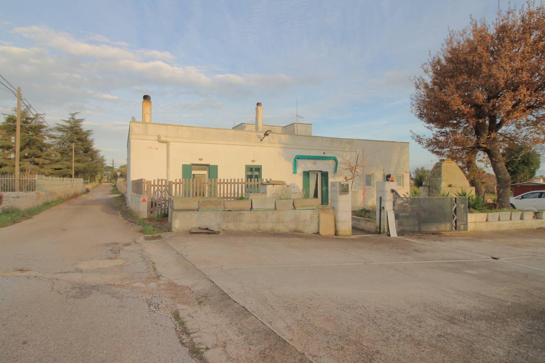 In vendita a Monopoli, ContradaTavarello, a pochi km da Monopoli e Castellana Grotte, zona abitata e servita, proponiamo in vendita casa singola