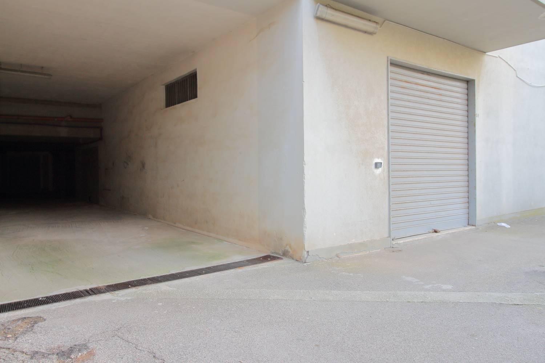 In Vendita a Monopoli in Via Chiantera, a pochi passi dal centro e, a pochi chilometri dalla statale provinciale proponiamo ampio box-magazzino finestrato di 63mq . Una parte del box è soppalcata
