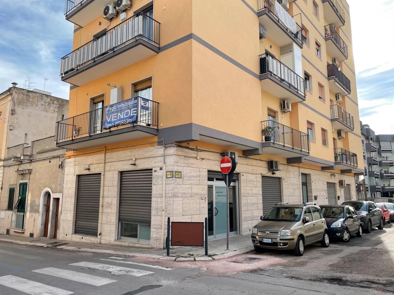In vendita a Monopoli, a soli 300 metri da Cala Portavecchia, proponiamo un appartamento con esposizione angolare con Via Cadorna di una superficie interna mq 100. In stabile recentemente