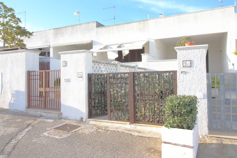In vendita a Monopoli all''interno del Residence Macchia di Mare a soli 100 metri dalla costa proponiamo una casa indipendente di 75 Mq. interni in ottime condizioni. L'abitazione è ubicata al