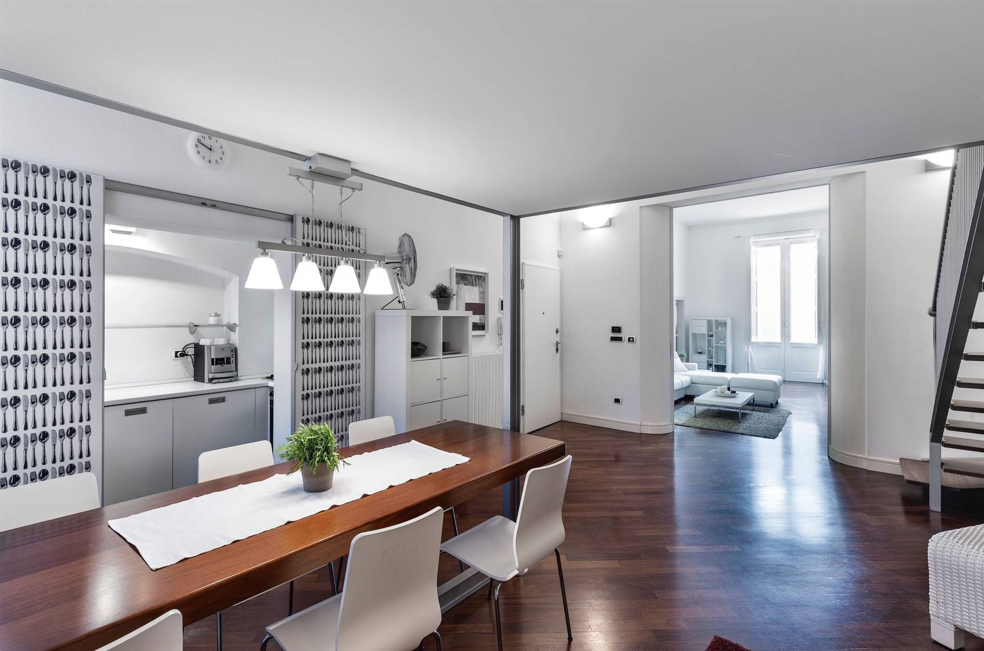 In Vendita a Monopoli nel cuore del centro storico, in Via Garibaldi la famosa Via dei Mercanti, a pochi passi dalla Piazza principale della Città, proponiamo rifinito appartamento di design