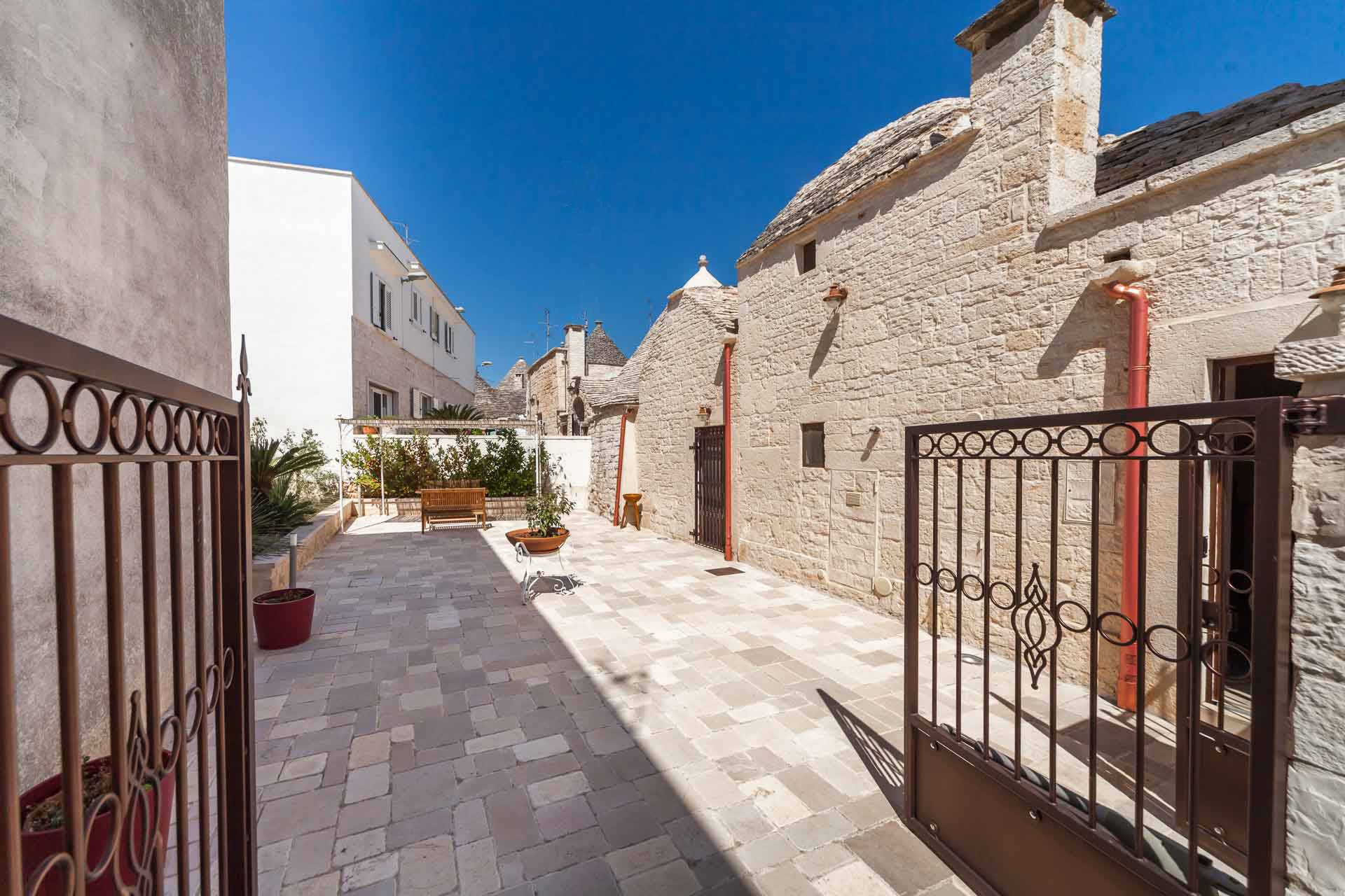 ALBEROBELLO, Trulli for sale of 80 Sq. mt., Restored, Heating Individual heating system, Energetic class: G, Epi: 165 kwh/m2 year, placed at Ground, composed by: 3 Rooms, Separate kitchen, , 2
